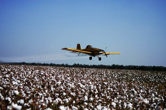 Avion qui large des pesticides